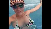 Mulher linda mostra a buceta dentro da piscina