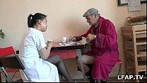 soignante aide son par sucer fait se voyeur Papy