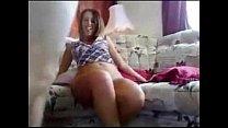Casal novinho fudendo no sofá da sala
