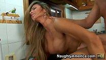 Gostosa fazendo sexo gostoso na cozinha - XVIDEOS.COM