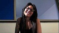 Онлайн видео женщина раздвинула ноги под столом фото 258-235
