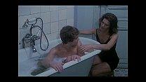 Mama trekt haar zoon af in bad en slikt zijn sperma