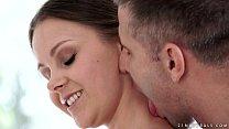 Порно видео как красотку имеют в рот