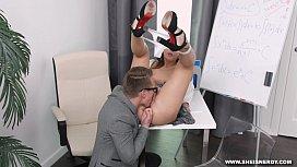 Secretária bobinha persuadida pelo patrão