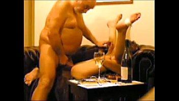Abuelo follando a su nieta bajo chantaje