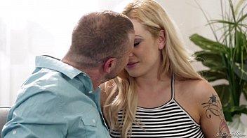 Грязная блондинка трахается с мужиками