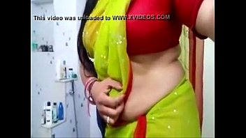 Desi bhabhi hot side boobs and tummy view in bl...