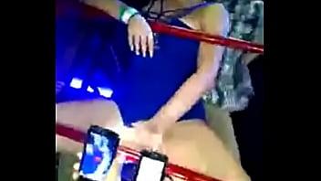 Una joven borracha en la discoteca http:\/\/www....