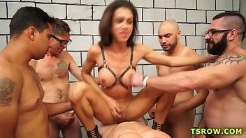 Travesti na suruba com quatro machos