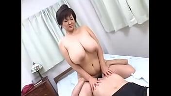 【人妻巨乳熟女無料動画】ホルスタインの人妻さんに硬いペニス乱れ打ち!SEX動画