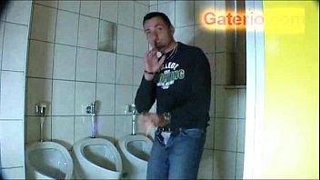 Abuela masturbandose y follando en un baño publico