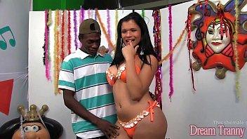 Travesti sambista transando no baile de carnaval