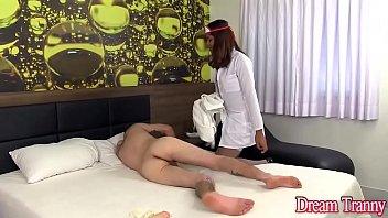 Médica travesti comendo o cu do paciente passivo