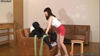 全身タイツにディルドをつけられたM男がガンガン虐められてる…。  篠田ゆう