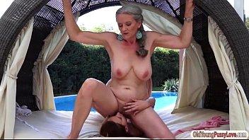 Λεσβιακό με την γιαγιά της
