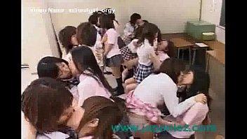 女子校生の集団が教室で濃厚レズキスやクンニ責めで戦うガチバトル