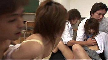 教室の中で皆で乱交皆で中だししています