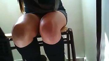 Piernas bajo la mesa