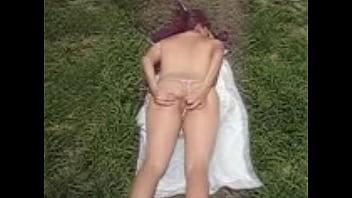 Esposa-puta-exhibicionista-casi-desnuda-en-parq...