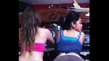 Colegialas bailando reggaeton