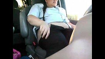 Gorda matandose sola en coche