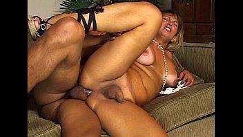 Dayane Callegare transando no sofá de casa