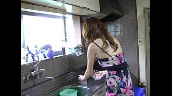 【人妻巨乳熟女無料動画】谷間を強調した服を着て「ベットに行こう」と誘うエロエロ人妻!