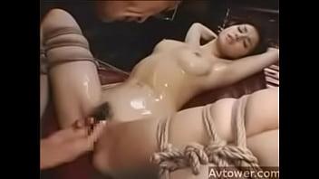 小澤マリア 美巨乳な美女が開脚状態で拘束され、激しい手マンでGスポットを責められる潮吹きアクメ地獄!