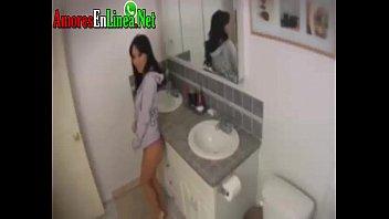 Ricura de joven caliente desnudandose y tocandose sus tetotas y coñito en el baño gime