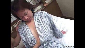 【熟女・人妻動画】平山薫-いたいけな息子のチンコを尻コキする聖母ババア