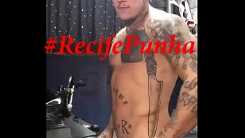 Tatuado dotado mostrando sua vara