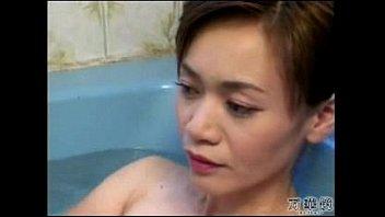 人妻 巨乳熟女のおっぱい弄り  日本人動画