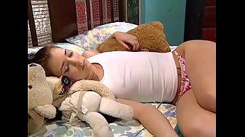 Fodeu a novinha dormindo e gozou na bucetinha dela