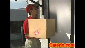 Madura pajeando y follando al chaval del delivery