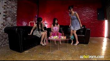 【潮ふき・オナニー動画】女の子3人でくっそエロいオナニー談義をした後で潮吹きオナニーを実践