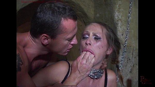 Mandy Bright encadenada y doble penetró en su coño