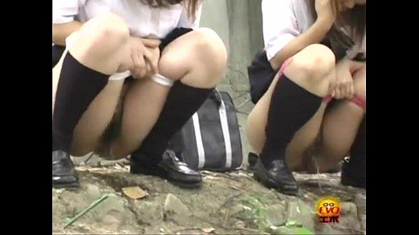 【聖水動画!】 制服ギャルが学校帰りにみんなで野ション!  の画像