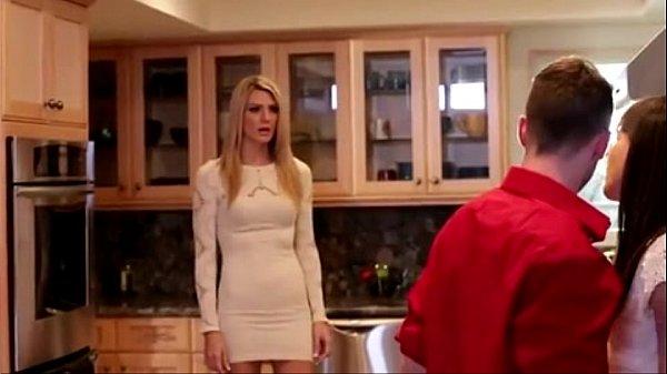 継母がキッチンで義理の息子とセックス