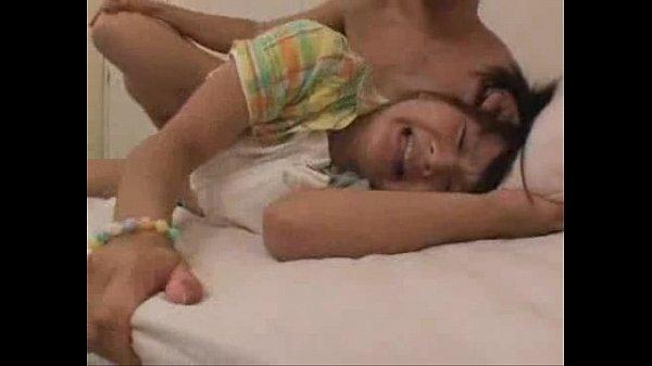 ロリ少女がバックから激しく犯され口内射精されます
