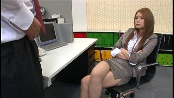 【手コキ】憧れのギャル上司に手コキされ気持ちよく果てるドМ部下