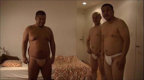 3人の男がふんどしを裸から絞めて乳首を優しく二
