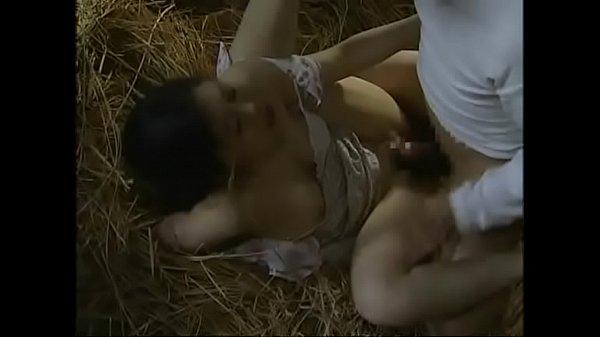【ヘンリー塚本】 夫が入院中の人妻が藁小屋で不倫中出しSEX 【大越はるか】