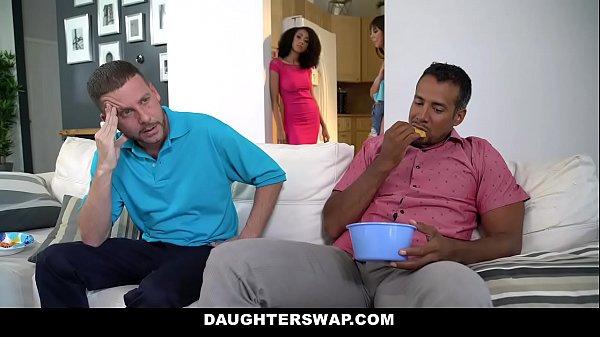 2 ông bố đổi con gái cho nhau địt sung sướng