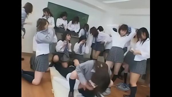 何十人もの制服JKに囲まれ教室で凌辱逆レイプされる男性教師
