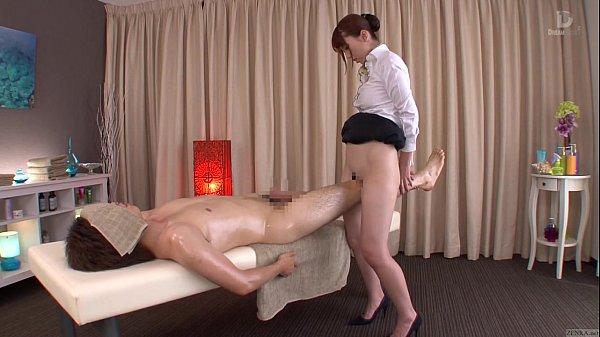 【手機A片】(波多野結衣)為了挑起顧客的性慾,美女技師掀起短裙露出嫩穴!