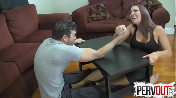 Kol güreşi ayak iş ballbusting femdom handjob