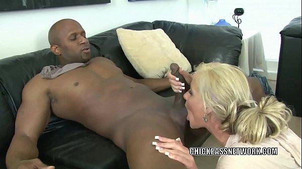 Phim sex da đen địt em gái tóc vàng xinh vãi đái
