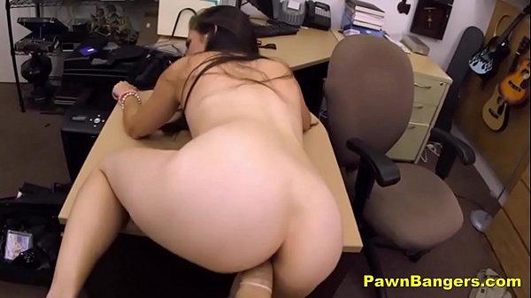 Milf convidada para foder na mesa do escritório