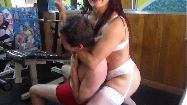 マッチョな外国人の熟女が筋トレしている男に絞め技のガチレッスン