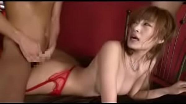 赤いストッキングってガーターベルトの美巨乳美女、明日花キララ君が3Pで背部で突かれながらフェラチオ